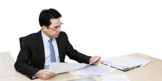 Jeune homme d'affaires travaillant avec l'ordinateur portable et les fournitures de bureau photographie stock