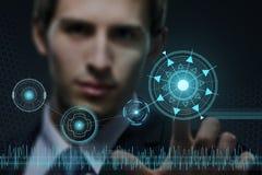 Jeune homme d'affaires travaillant avec la technologie virtuelle moderne Photos libres de droits
