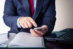 Jeune homme d'affaires travaillant avec les dispositifs, le smartphone et la La modernes photographie stock libre de droits