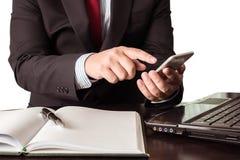 Jeune homme d'affaires travaillant avec les dispositifs, le smartphone et la La modernes photographie stock