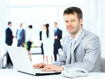 Jeune homme d'affaires travaillant dans le bureau, Images stock