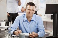 Jeune homme d'affaires travaillant dans le bureau Image stock