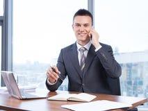 Jeune homme d'affaires travaillant dans le bureau Photo libre de droits