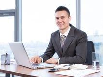 Jeune homme d'affaires travaillant dans le bureau Photos stock