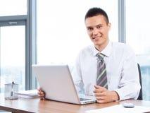Jeune homme d'affaires travaillant dans le bureau Photo stock