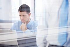Jeune homme d'affaires travaillant dans le bureau lumineux Image libre de droits