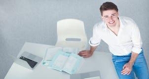 Jeune homme d'affaires travaillant dans le bureau, se reposant au bureau images libres de droits