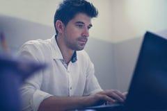Jeune homme d'affaires travaillant du bureau photographie stock libre de droits