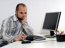 Jeune homme d'affaires travaillant sur l'ordinateur photographie stock