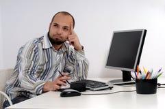 Jeune homme d'affaires travaillant sur l'ordinateur images stock