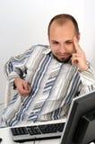 Jeune homme d'affaires travaillant sur l'ordinateur photographie stock libre de droits