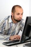 Jeune homme d'affaires travaillant sur l'ordinateur image stock