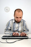Jeune homme d'affaires travaillant sur l'ordinateur photo stock