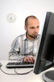 Jeune homme d'affaires travaillant sur l'ordinateur photos libres de droits