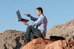 Jeune homme d'affaires travaillant sur l'ordinateur portatif photos libres de droits