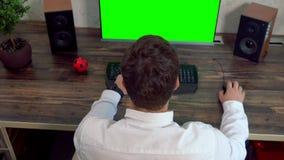 Jeune homme d'affaires travaillant sur un ordinateur banque de vidéos