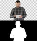 Jeune homme d'affaires utilisant son étiquette marchant, Alpha Channel photo libre de droits