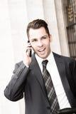Jeune homme d'affaires utilisant un téléphone portable Photos stock