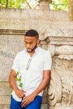 Jeune homme d'Afro-américain avec la barbe vous manquant à New York Photo stock
