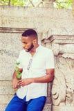 Jeune homme d'Afro-américain avec la barbe vous manquant à New York Photos stock