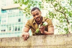 Jeune homme d'Afro-américain avec la barbe vous manquant à New York Photographie stock libre de droits