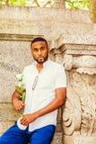 Jeune homme d'Afro-américain avec la barbe vous manquant, y de attente Photo libre de droits