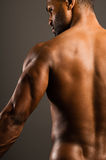 Jeune homme d'Afro-américain fléchissant le triceps photographie stock