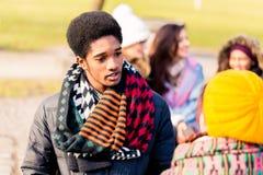 Jeune homme d'afro-américain parlant avec l'ami féminin dehors Photo stock