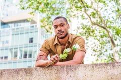 Jeune homme d'Afro-américain vous manquant, vous attendant dans nouveau Y Image libre de droits