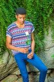 Jeune homme d'Afro-américain vous manquant avec la rose de blanc, pensant Photo libre de droits