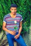 Jeune homme d'Afro-américain vous manquant avec la rose de blanc, pensant Images libres de droits