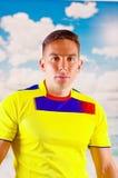 Jeune homme d'ecuadorian portant l'appareil-photo debout de revêtement de marathon de chemise officielle du football, langage du  Photos stock