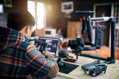 Jeune homme d'indépendant éditant la vidéo sur l'ordinateur portable images libres de droits
