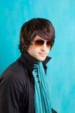 Jeune homme d'indie de bruit de roche gratte-cul britannique de sembler de rétro Images stock