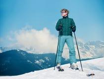 Jeune homme d'instructeur de ski sur le dessus de la colline de neige Images libres de droits