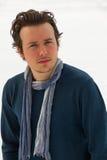 Jeune homme d'isolement avec le fond de neige photos libres de droits