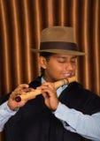 Jeune homme d'Otavalo, Equateur, jouant la cannelure de quena Images libres de droits