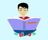 Jeune homme d'une chevelure noir appréciant lisant le grand livre Photo libre de droits