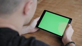 Jeune homme dactylographiant sur la tablette, causerie, bloging Travail d'ind?pendant sur le netbook dans coworking moderne Progr clips vidéos