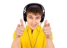 Jeune homme dans des écouteurs Images stock