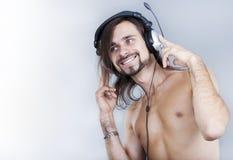 Jeune homme dans des écouteurs Photos libres de droits
