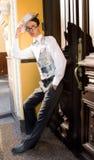 Jeune homme dans des balades de vêtements à la mode Image stock
