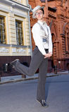 Jeune homme dans des balades de vêtements à la mode Images libres de droits