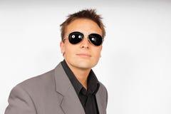 Jeune homme dans des lunettes de soleil Photo stock