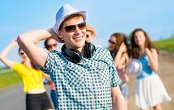 Jeune homme dans des lunettes de soleil Image stock