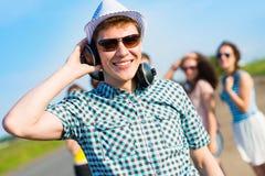 Jeune homme dans des lunettes de soleil Photographie stock libre de droits