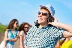 Jeune homme dans des lunettes de soleil Images libres de droits