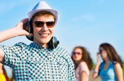 Jeune homme dans des lunettes de soleil Photographie stock