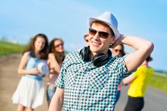 Jeune homme dans des lunettes de soleil Images stock