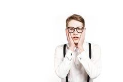 Jeune homme dans des surprises et le choc en verre photographie stock